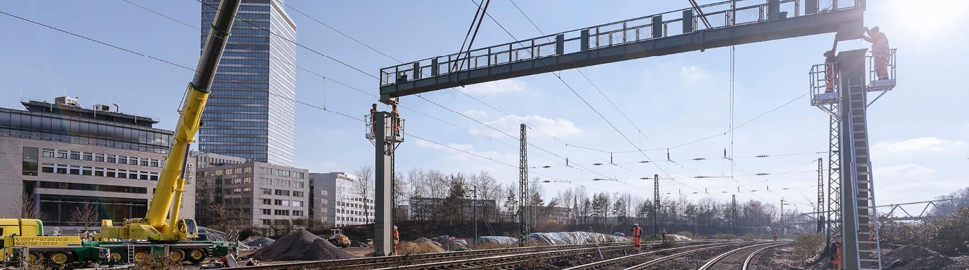 <p>Es wird bereits kräftig gebaut an den neuen elektronischen Stellwerken im Knoten Köln, das Stellwerk am Kölner Hauptbahnhof wird noch 2021 in Betrieb gehen.</p>