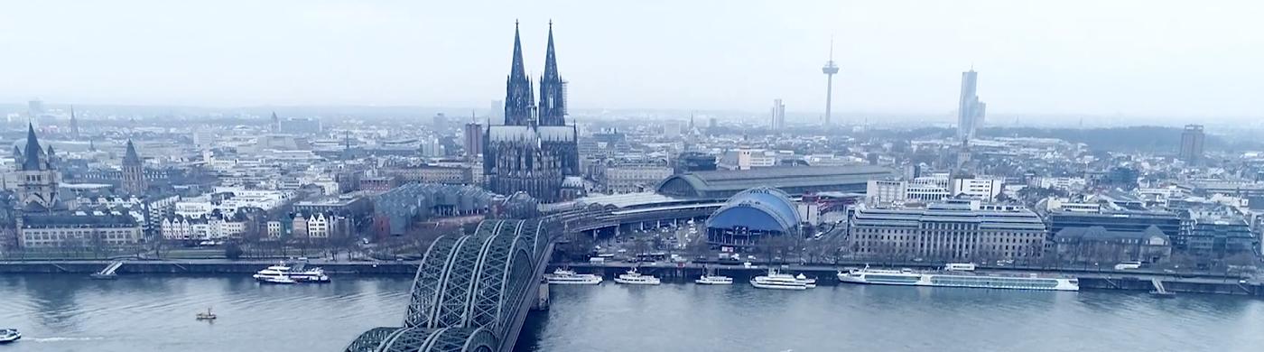 <p>Die Hohenzollernbrücke zählt zu den schönsten Wahrzeichen Kölns. Fahrgäste sind mitunter aber genervt, weil ihr Zug auf der Brücke warten muss.</p>